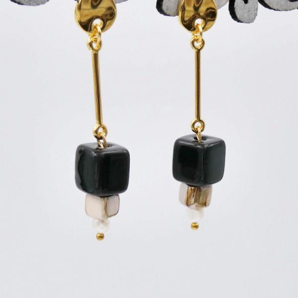 Μεσαία επίχρυσα σκουλαρίκια με κεραμικούς κύβους και καλλιεργημένα μαργαριτάρια